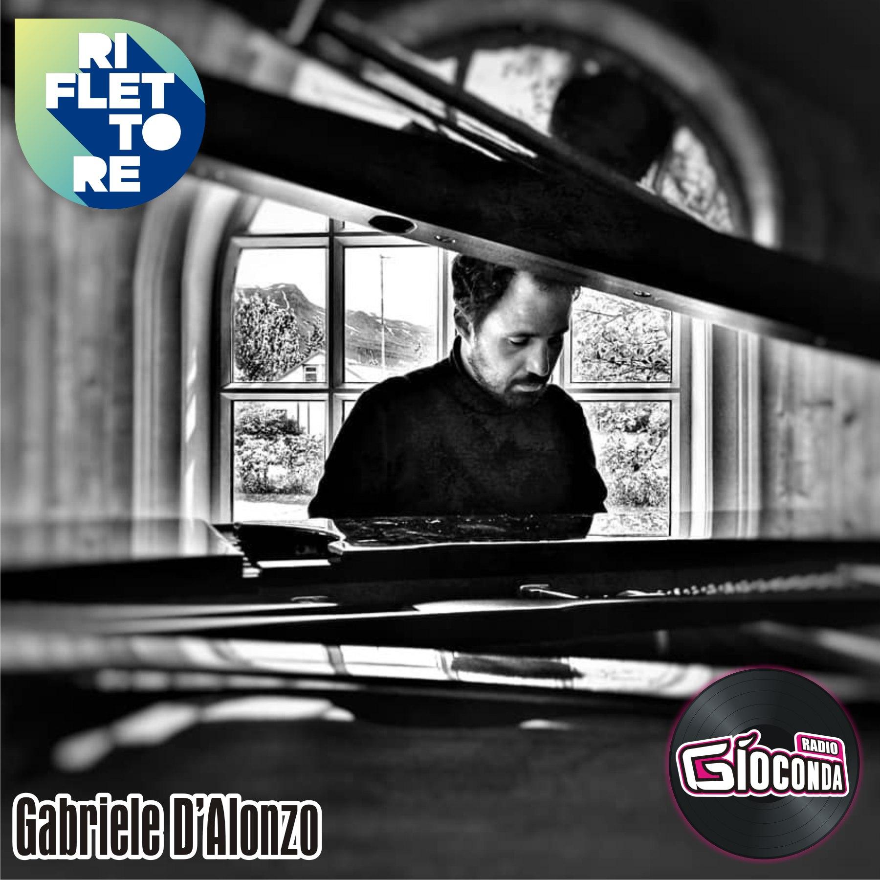 Riflettore con pianista e compositore Gabriele D'Alonzo